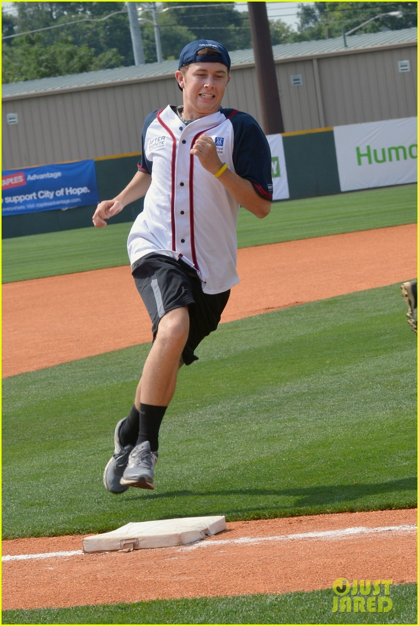 carrie underwood scotty mccreery celebrity softball 03