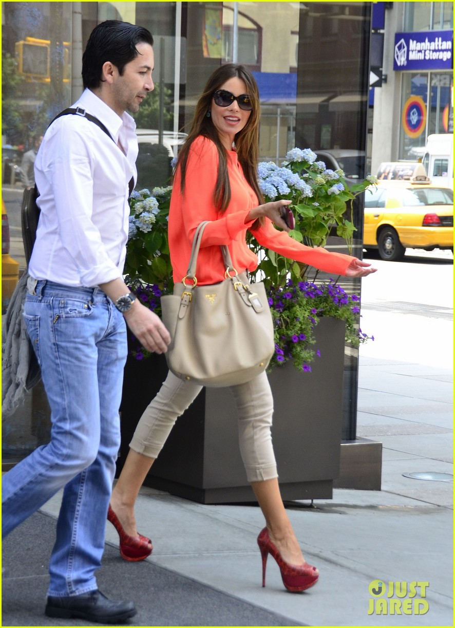 sofia vergara coral shirt 03