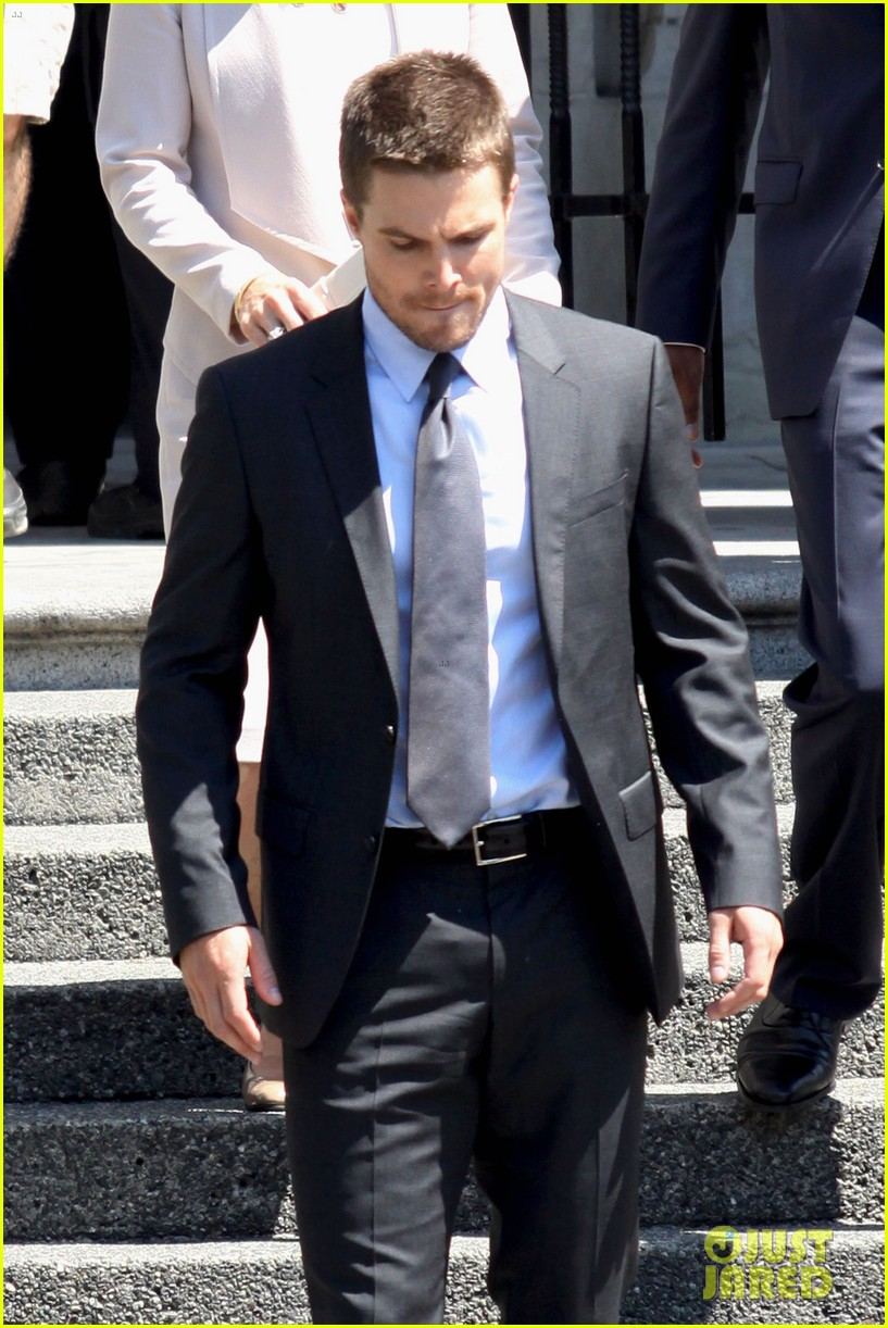 stephen amell suits up on arrow set 072692437