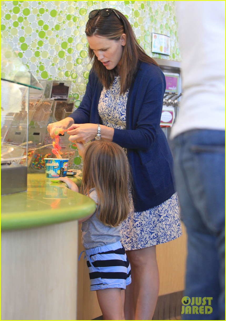 jennifer garner menchies with seraphina 05