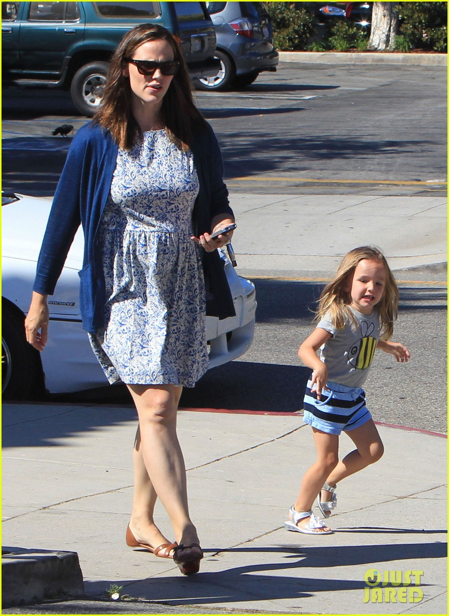 jennifer garner menchies with seraphina 06