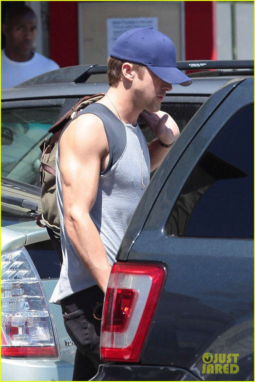 ryan gosling leaving fitness factory 02