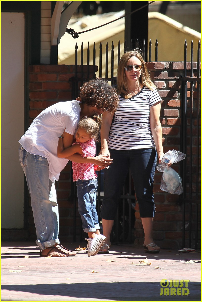 halle berry fourth of july hugs 13