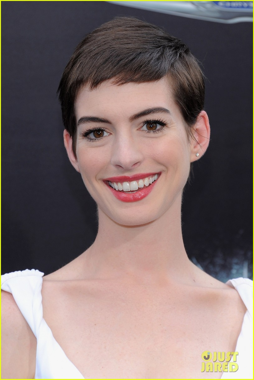 anne hathaway marion cotillard the dark knight rises premiere 04