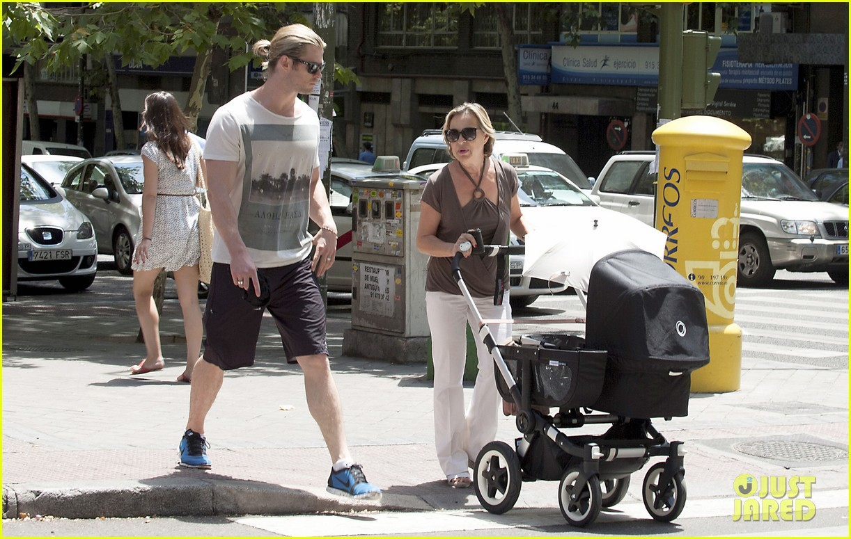 chris hemsworth india daddy daughter time in madrid 16