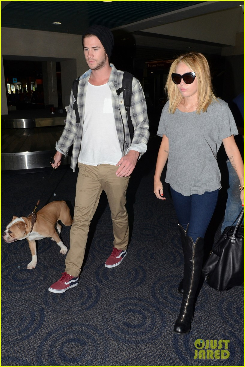 miley cyrus liam hemsworth landing in philly 01