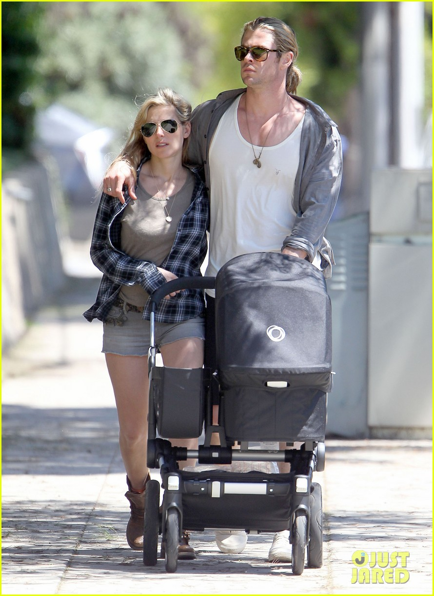 chris hemsworth elsa pataky santa monica stroll with baby india 02