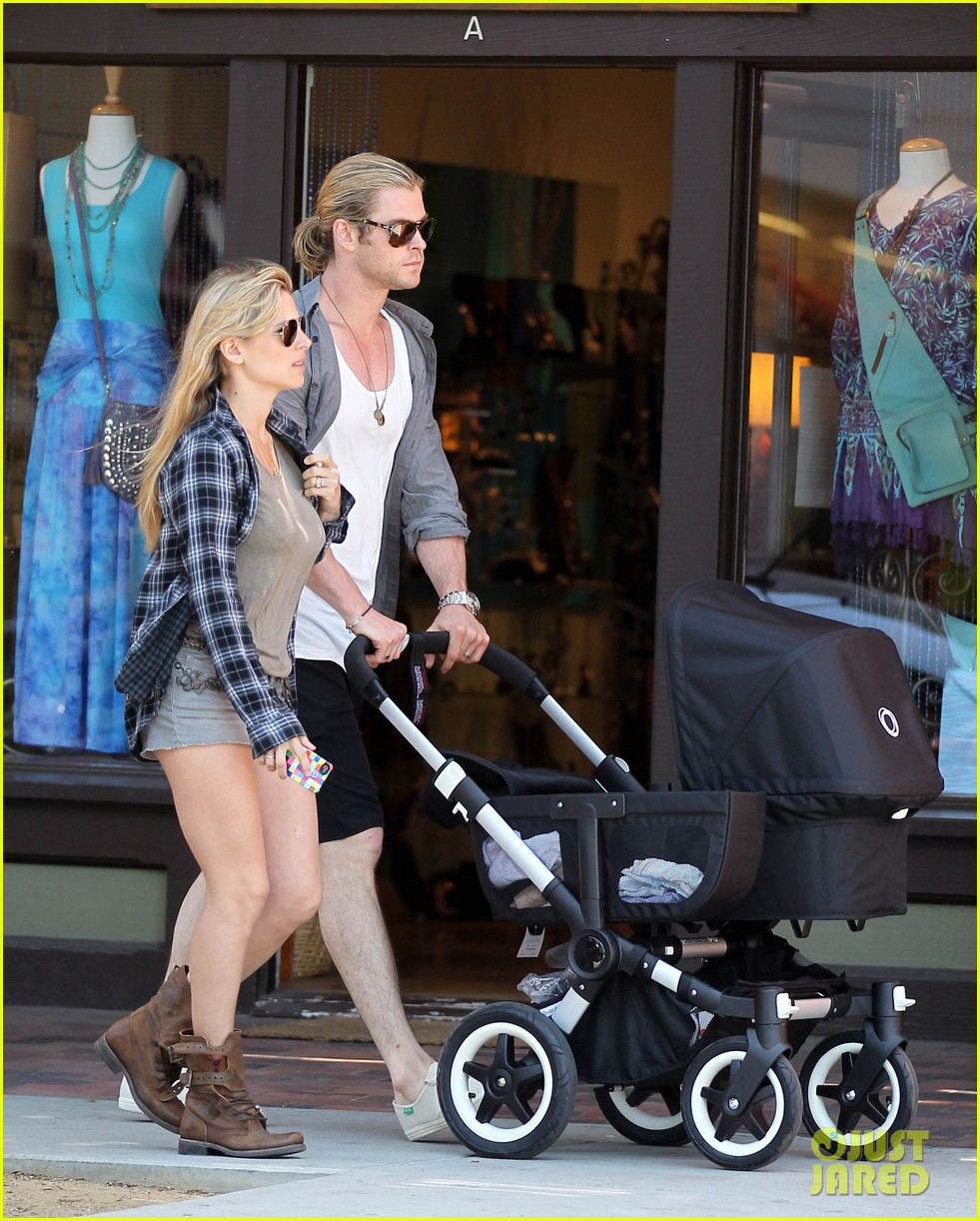 chris hemsworth elsa pataky santa monica stroll with baby india 08