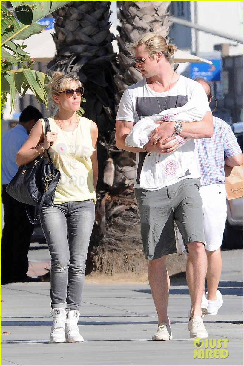 chris hemsworth walk with elsa india 092690085