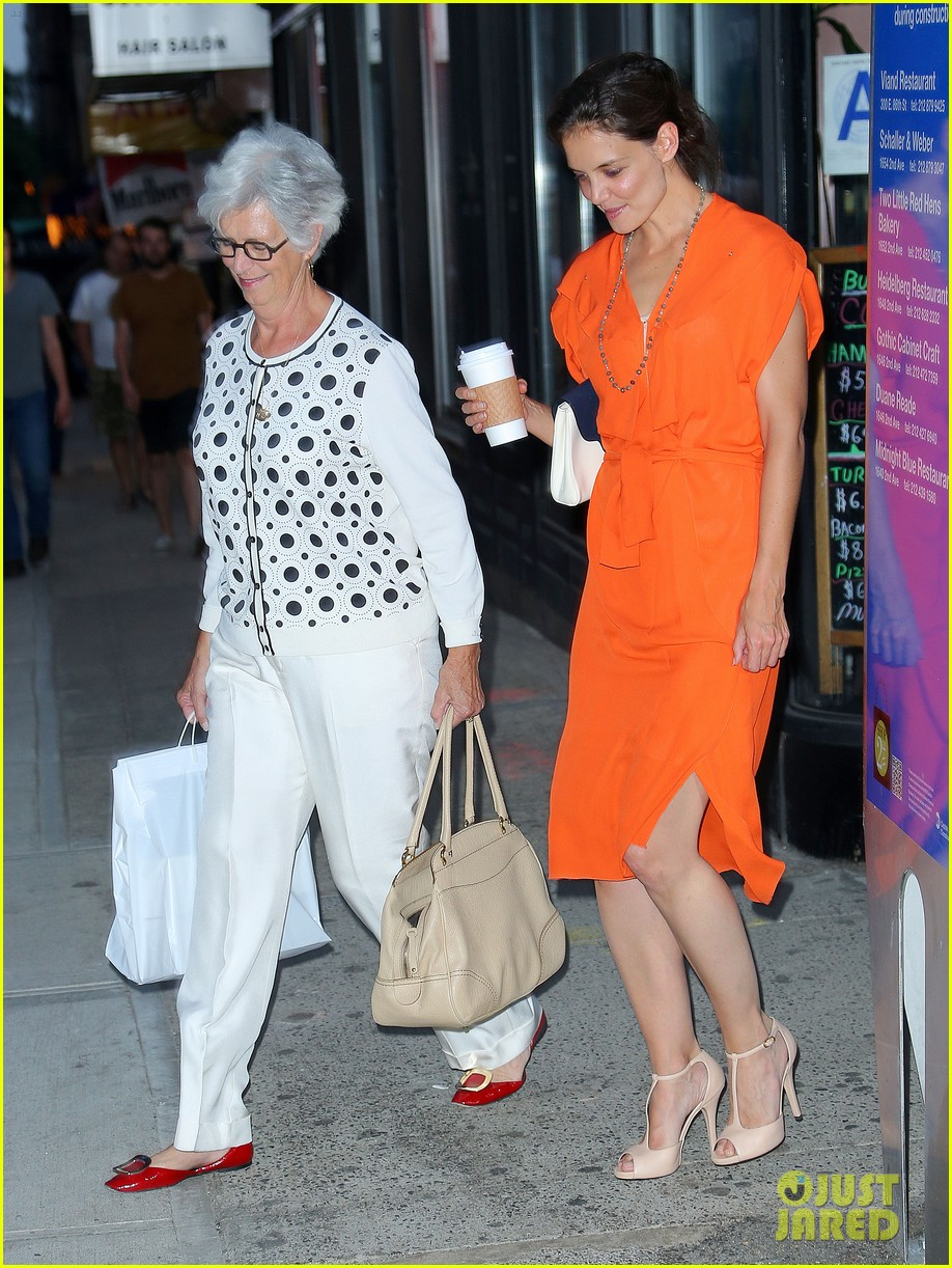 katie holmes coffee with mom 05