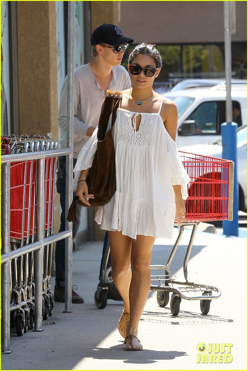 vanessa hudgens grocery shopping austin butler 03