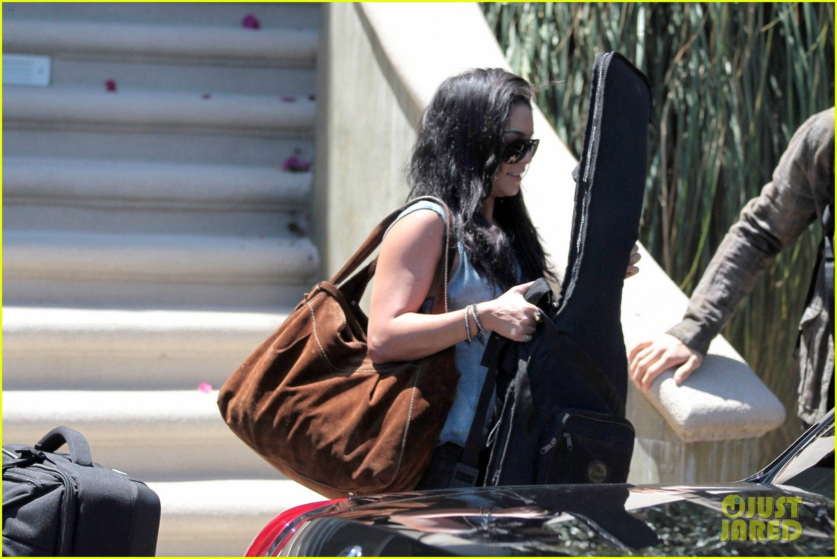 vanessa hudgens austin butler packing up 05