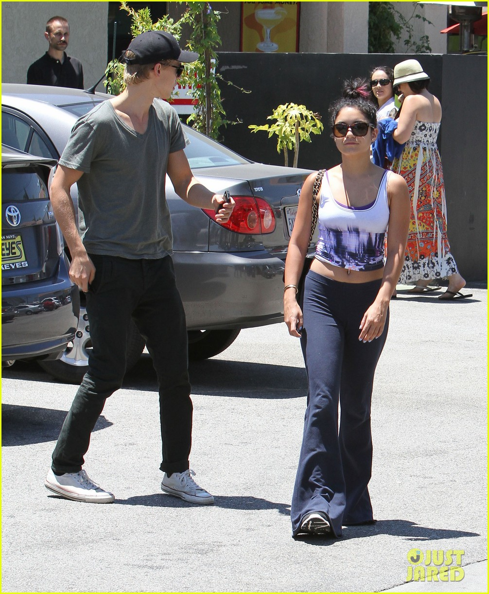 vanessa hudgens austin butler lunch with stella 19