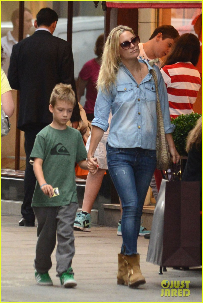 kate hudson shopping day with ryder 02