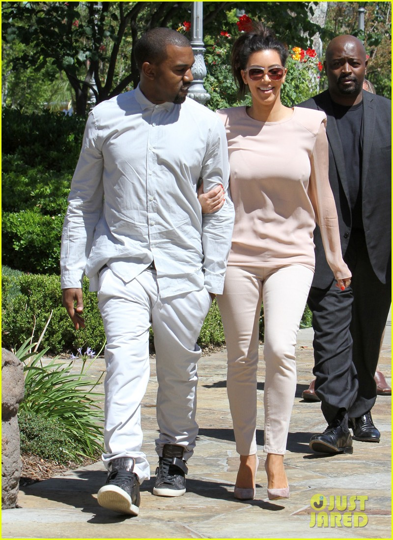 kim kanye out for a walk 09