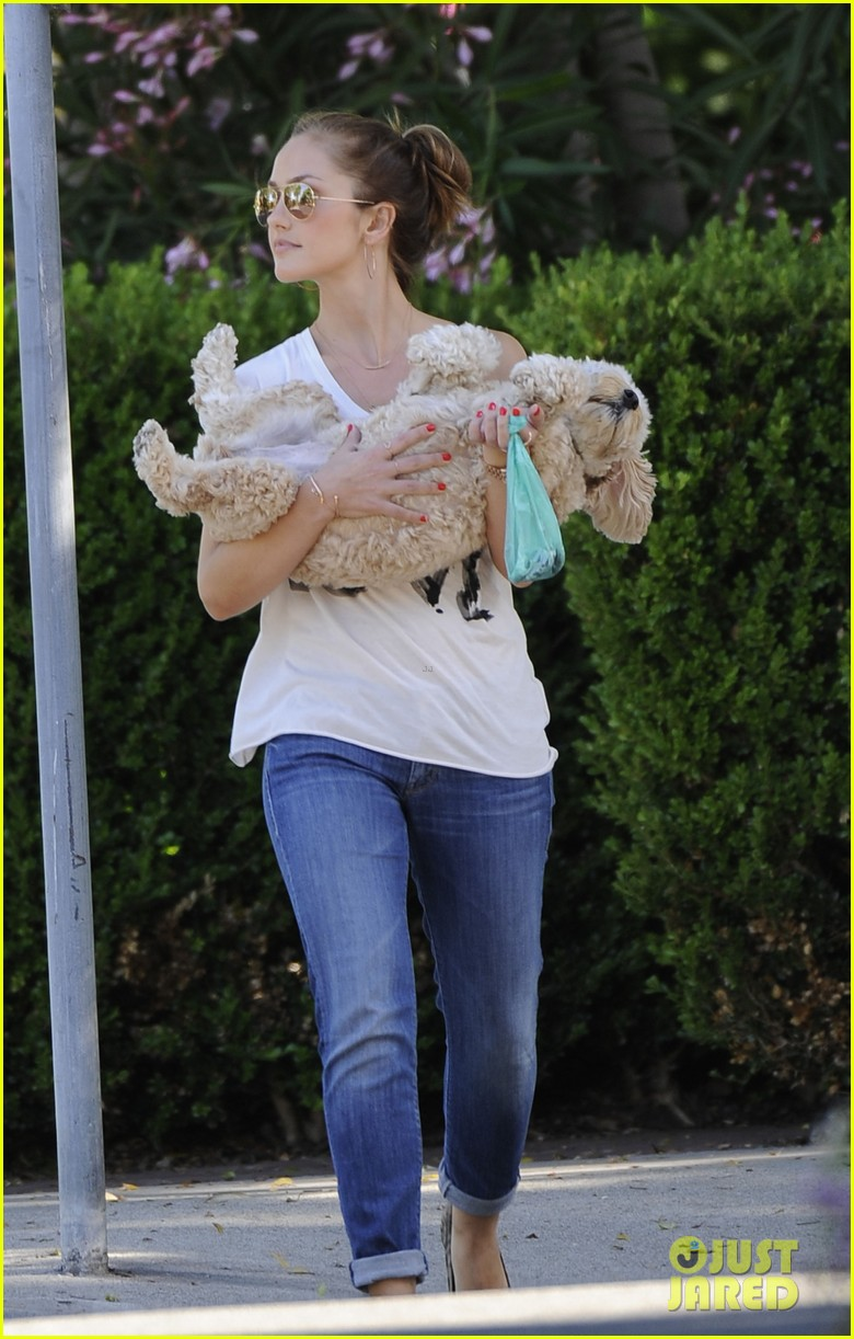 minka kelly walks dog 02