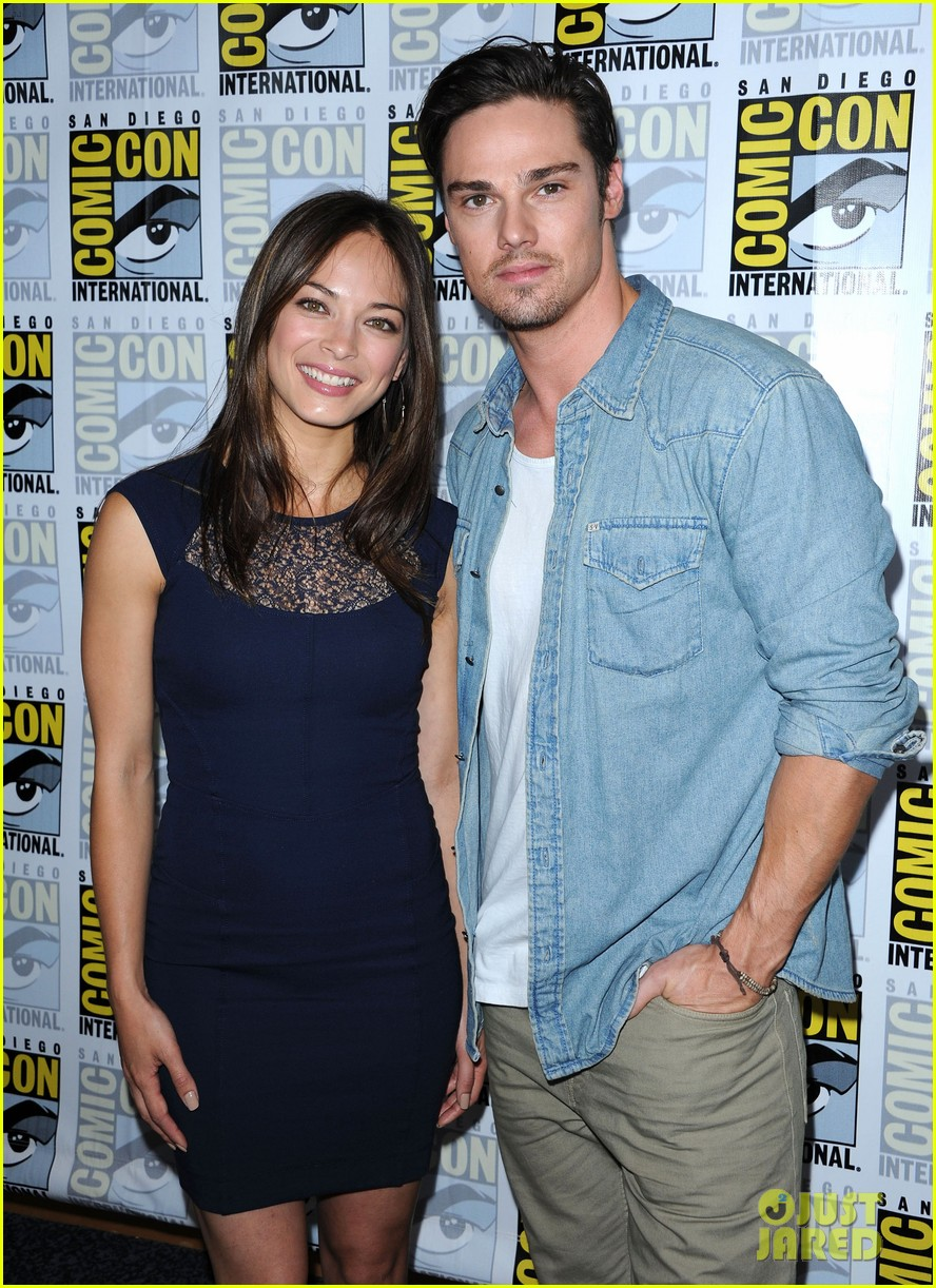 kristin kreuk jay ryan beauty and the beast at comic con 03