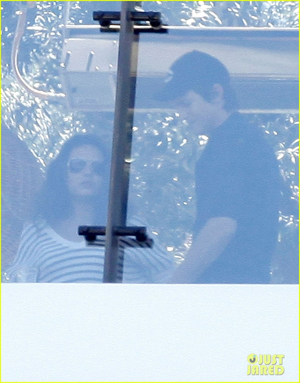 ashton kutcher mila kunis cuddle at soho house 20