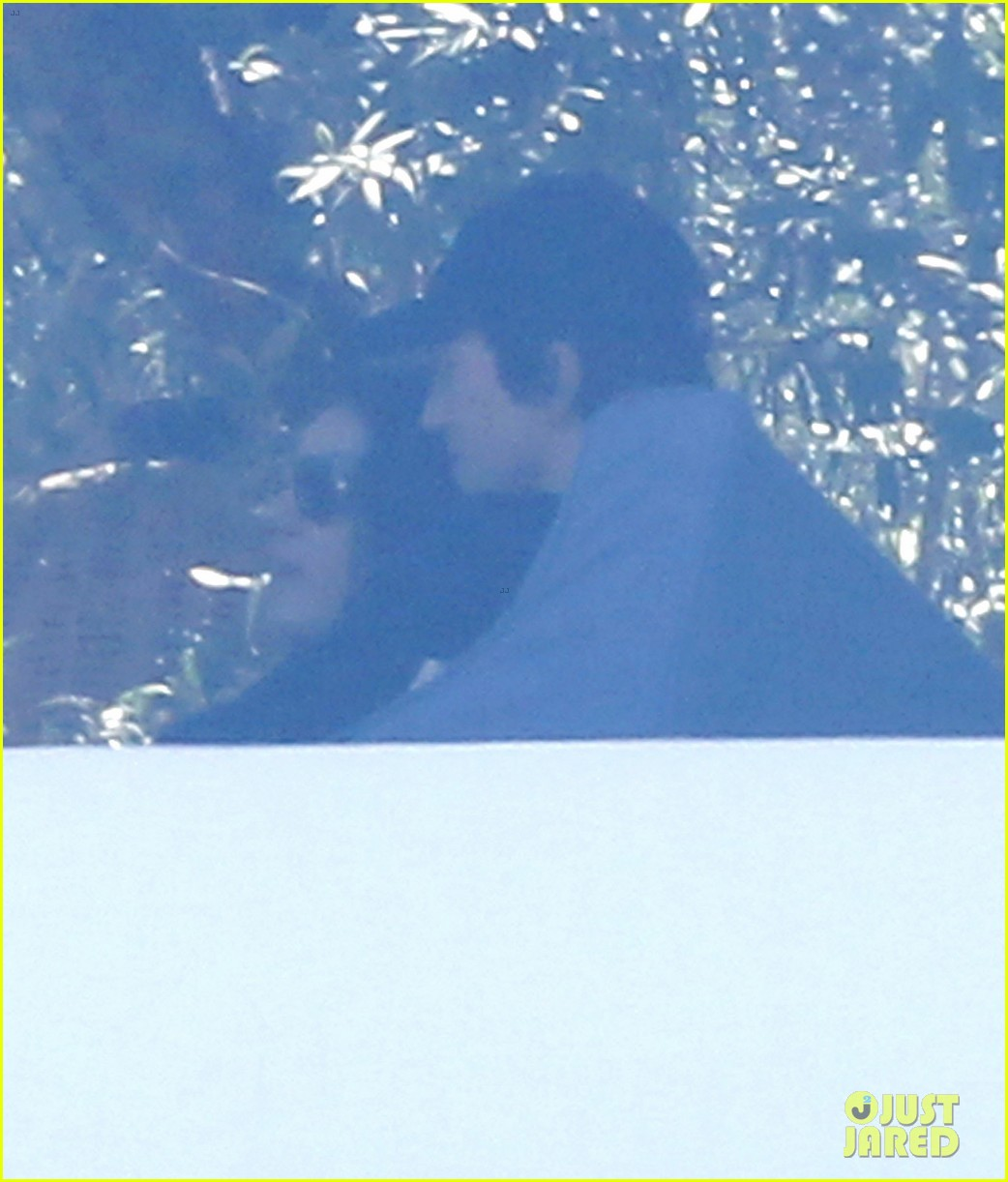 ashton kutcher mila kunis cuddle at soho house 25