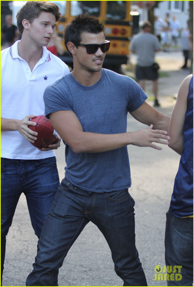 taylor lautner grown ups 2 set with patrick schwarzenegger 02
