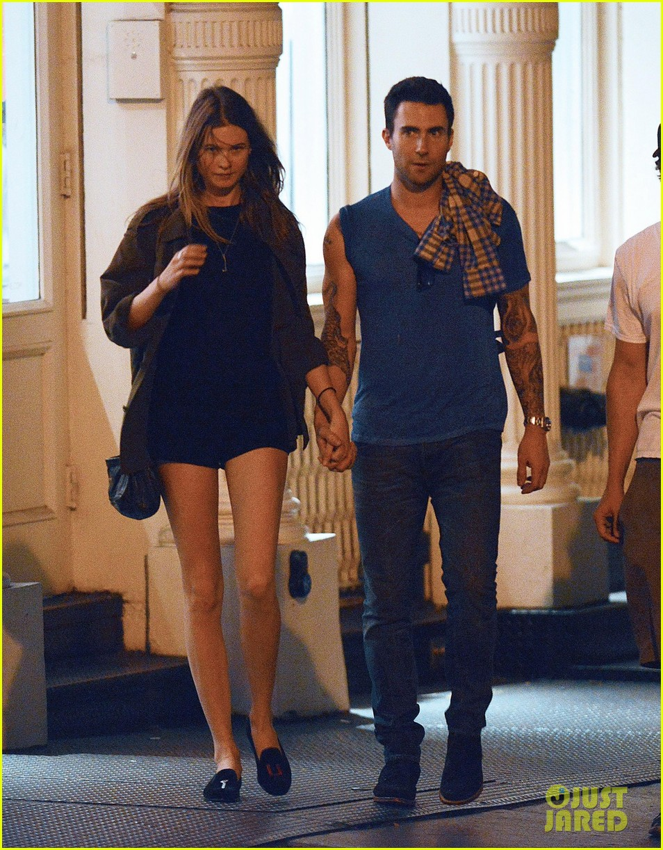 adam levine behati prinsloo hold hands 04