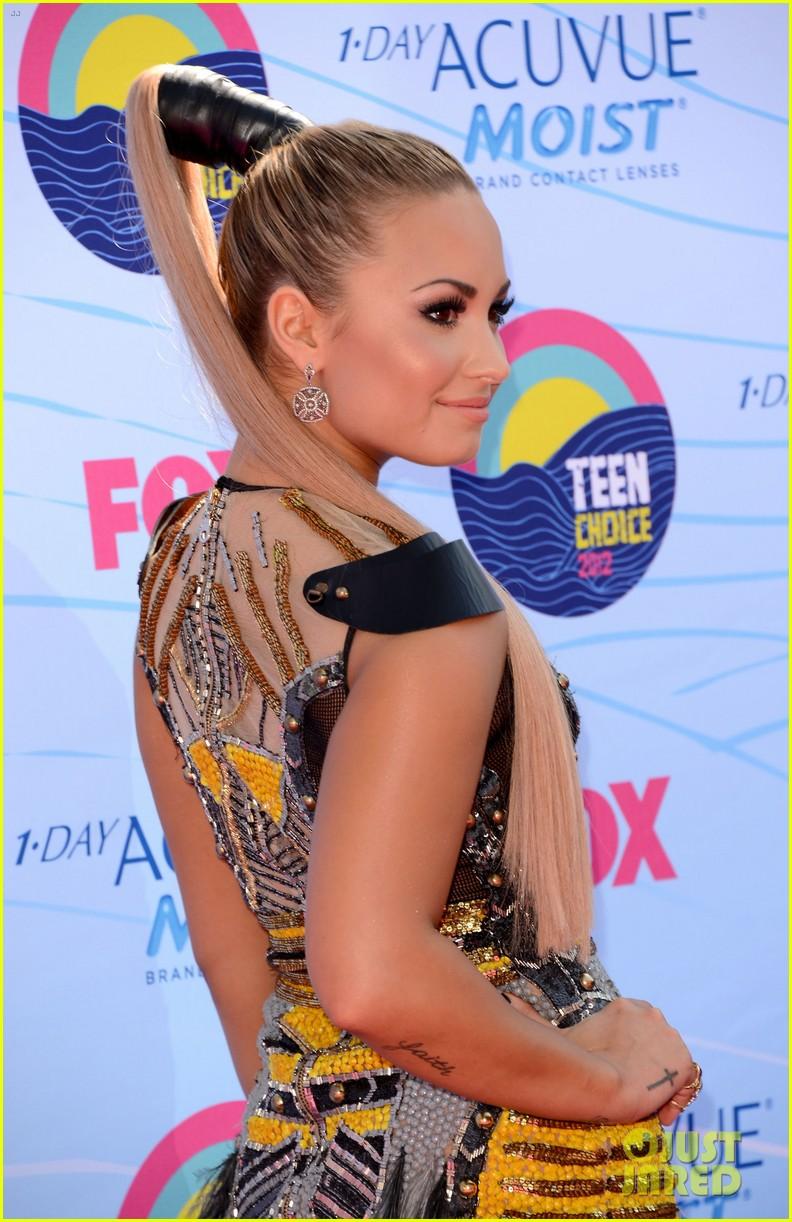 Demi Lovato - Teen Choice Awards 2012 Red Carpet
