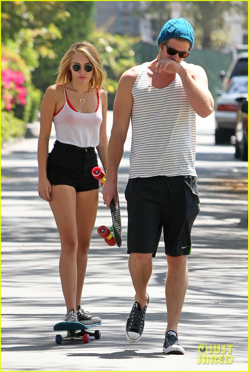 miley cyrus liam hemsworth skateboards pilates 012688094