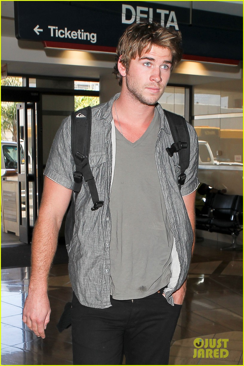 miley liam leaving lax 04
