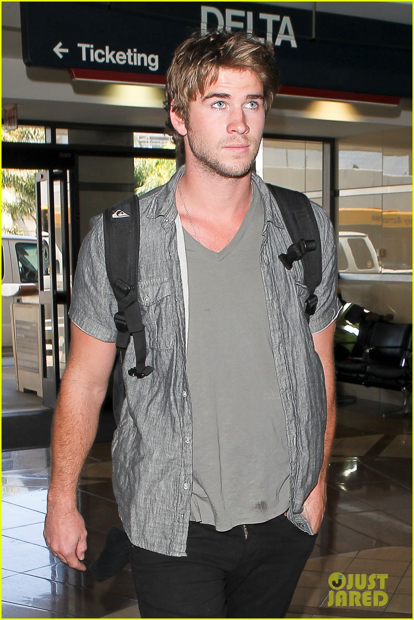 miley liam leaving lax 102684135