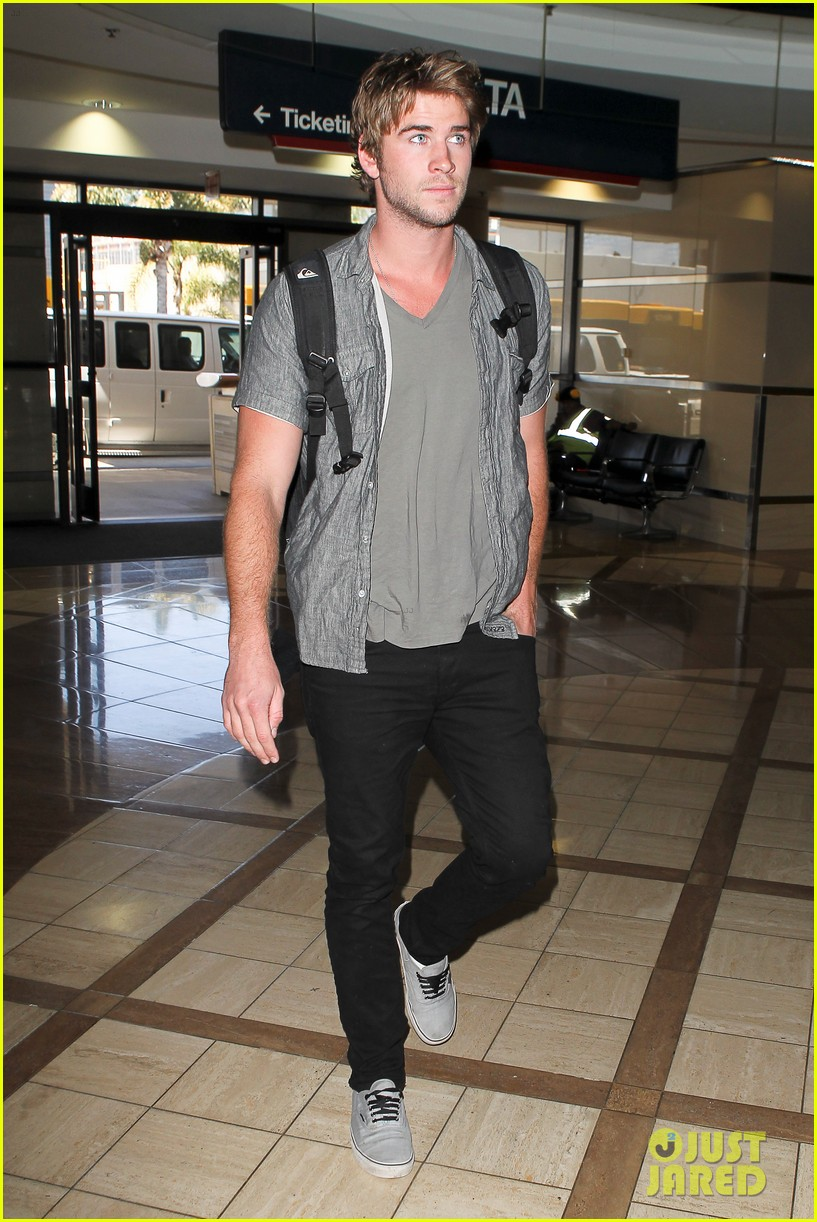 miley liam leaving lax 132684138