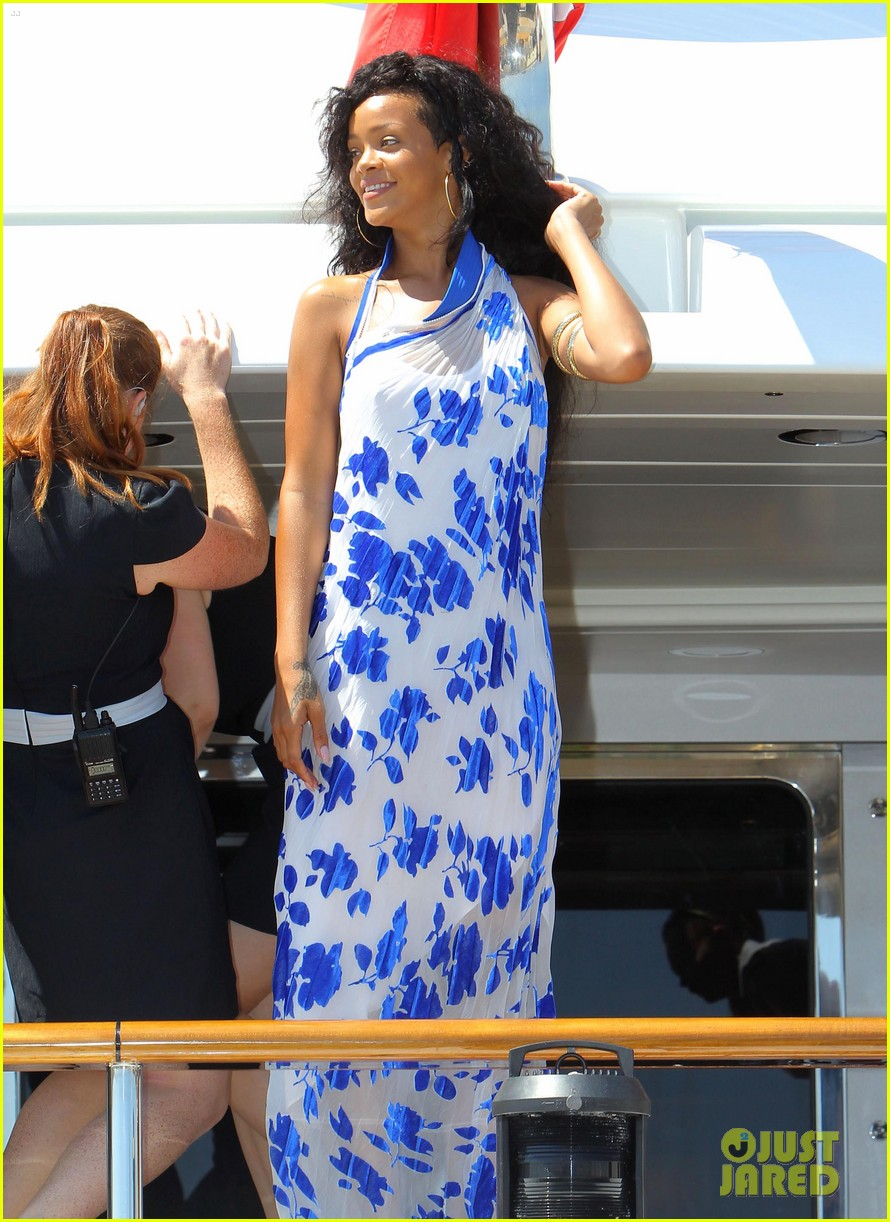 rihanna leaving yacht 01