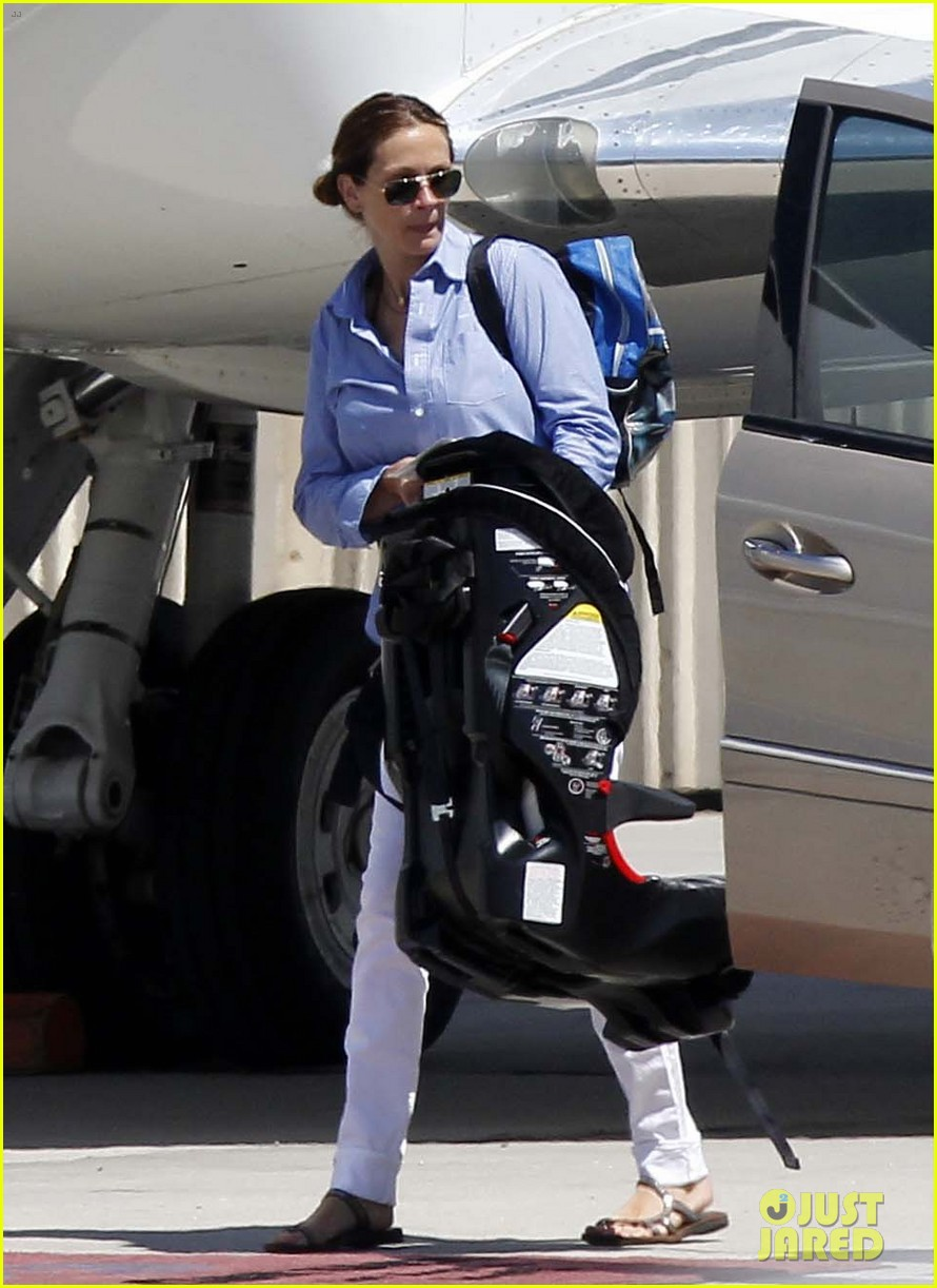 julia roberts boards private jet with the family 01
