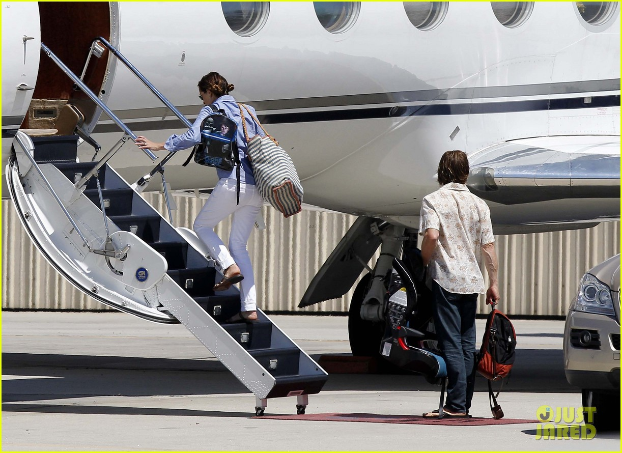 julia roberts boards private jet with the family 06