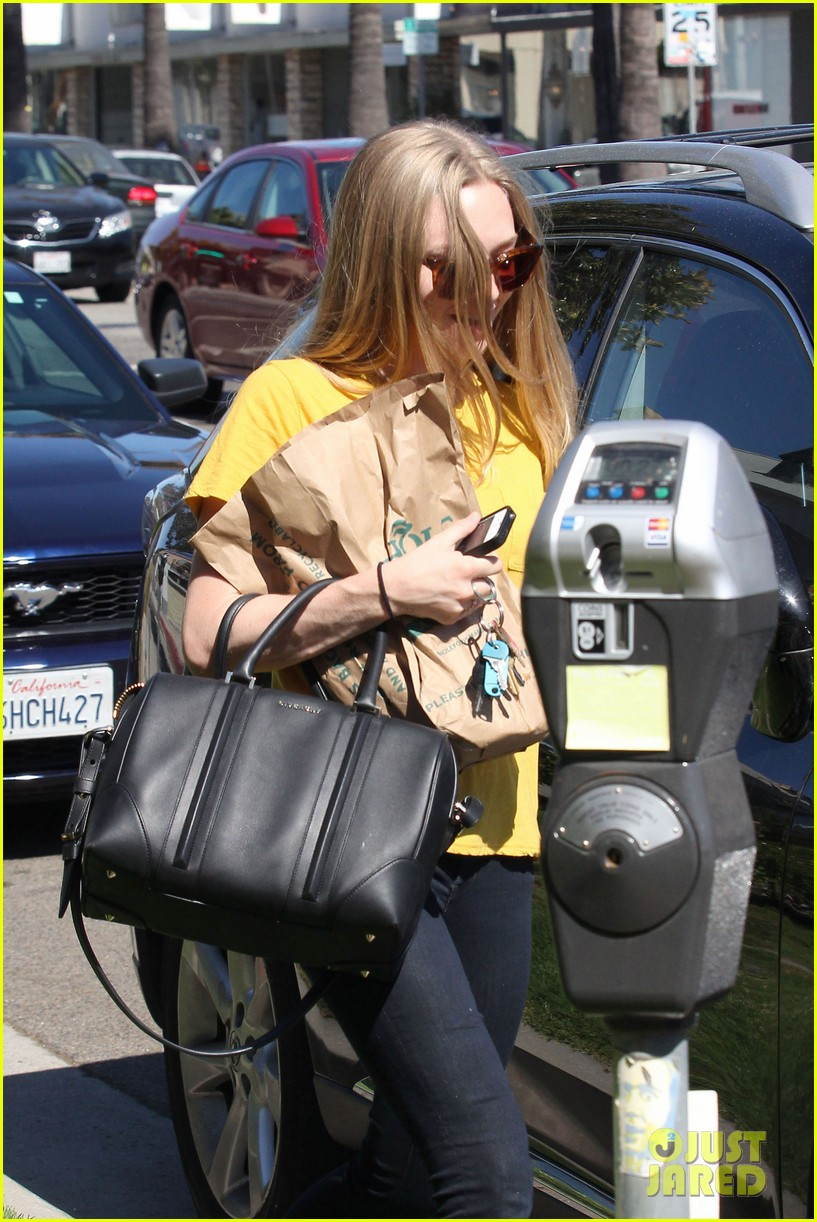amanda seyfried leaving whole foods 062690022