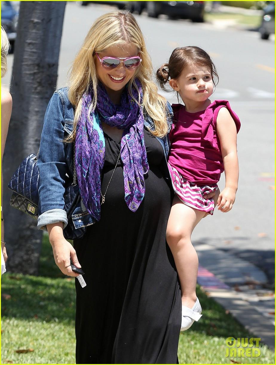 sarah michelle gellar pregnant stroll with charlotte 09