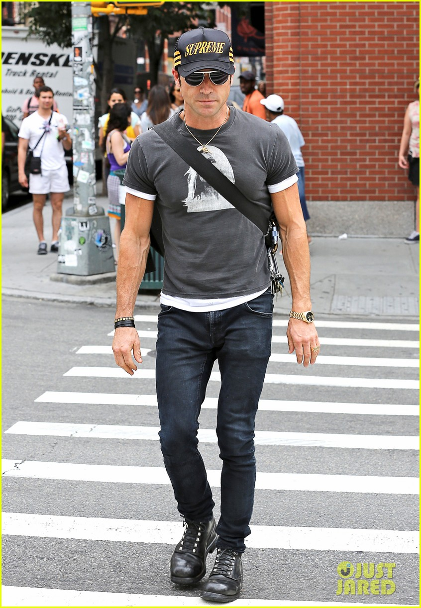 justin theroux hailing a cab 03