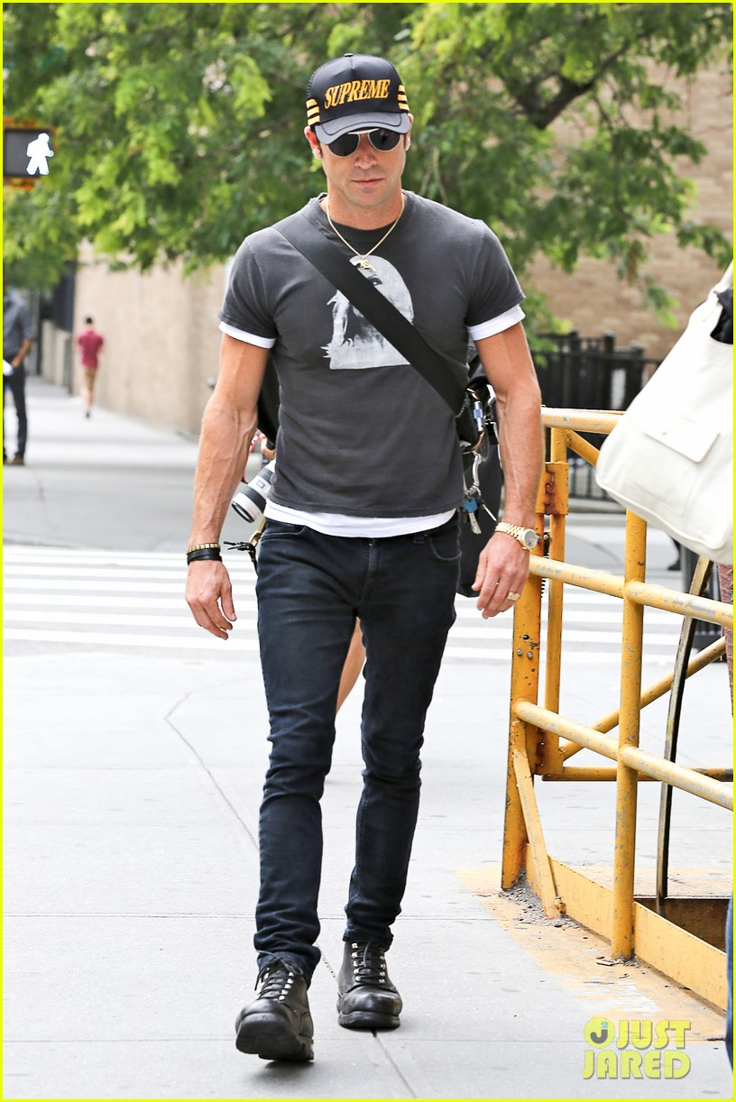 justin theroux hailing a cab 062695041