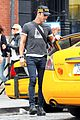 justin theroux hailing a cab 04