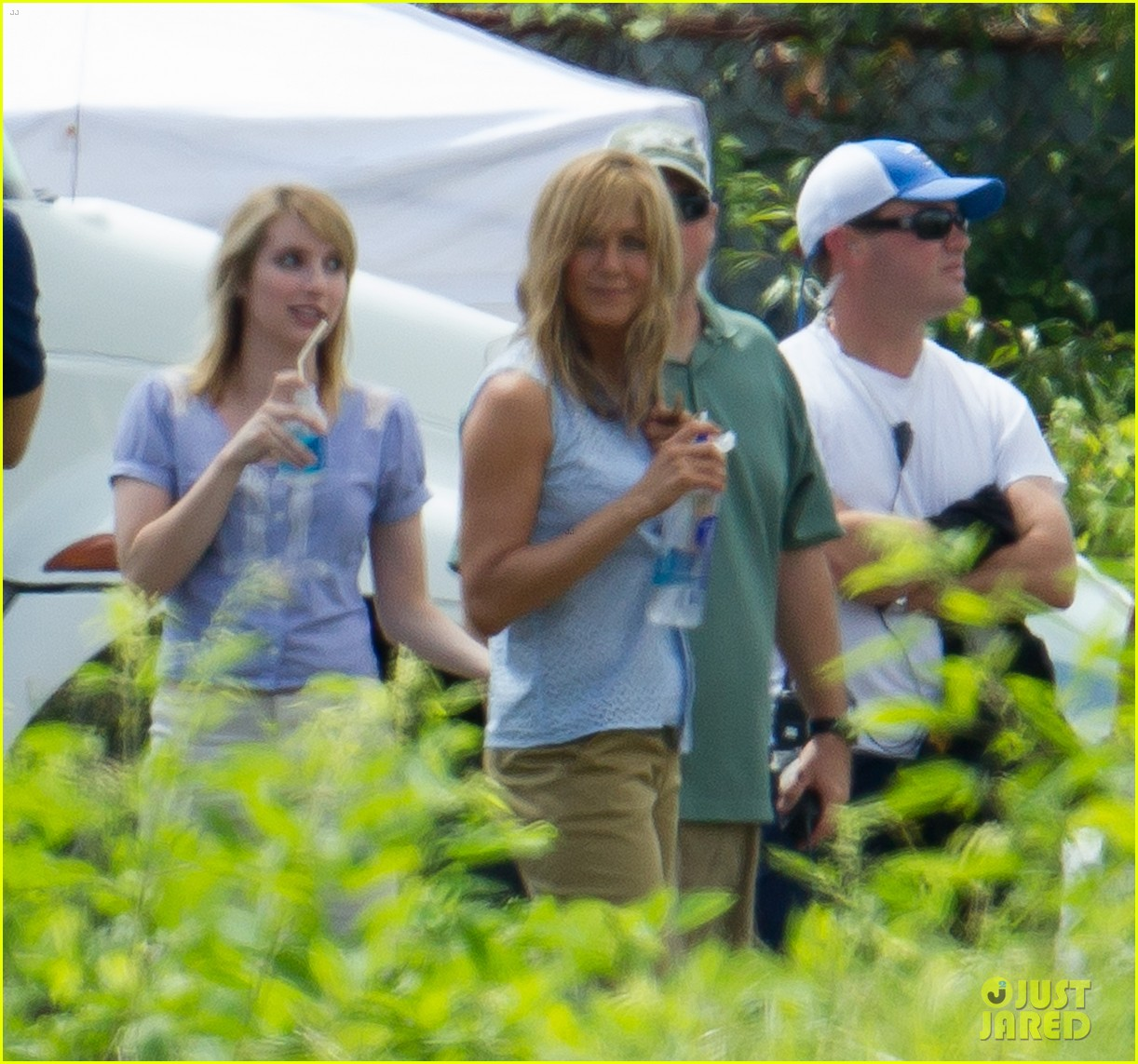 jennifer aniston flashes bra on were the millers set 102705393