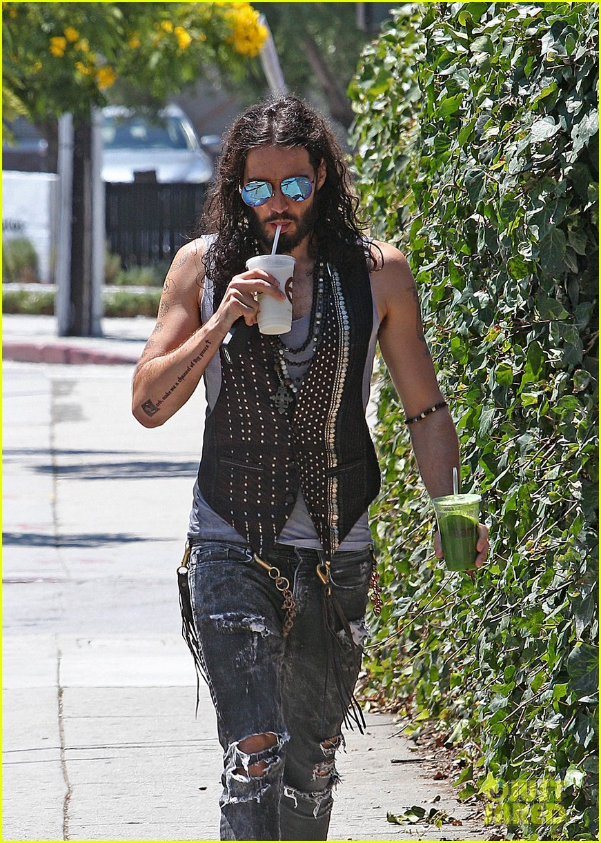 russell brand barefoot with smoothies 05