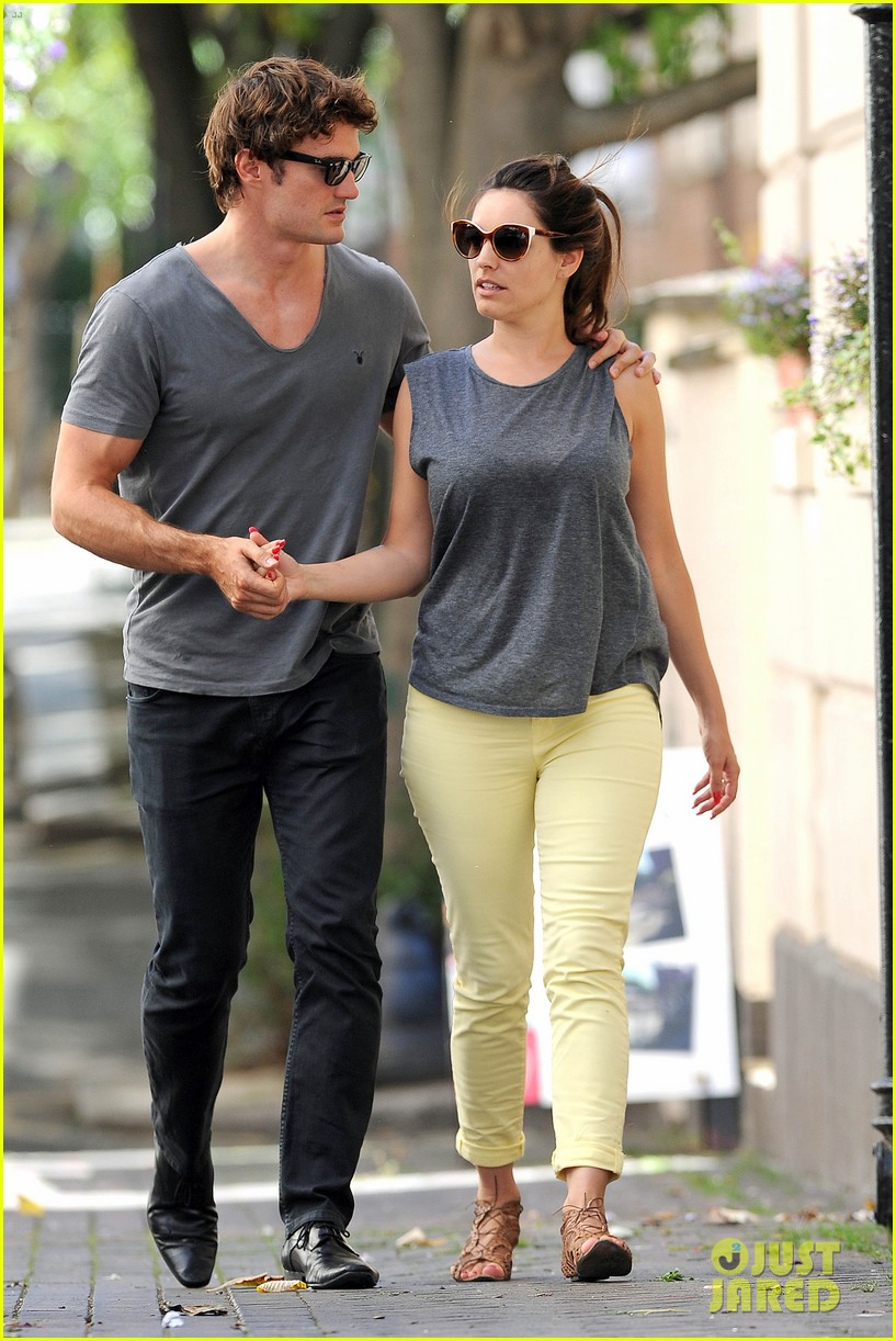 kelly brook thom evans london pub pair 03