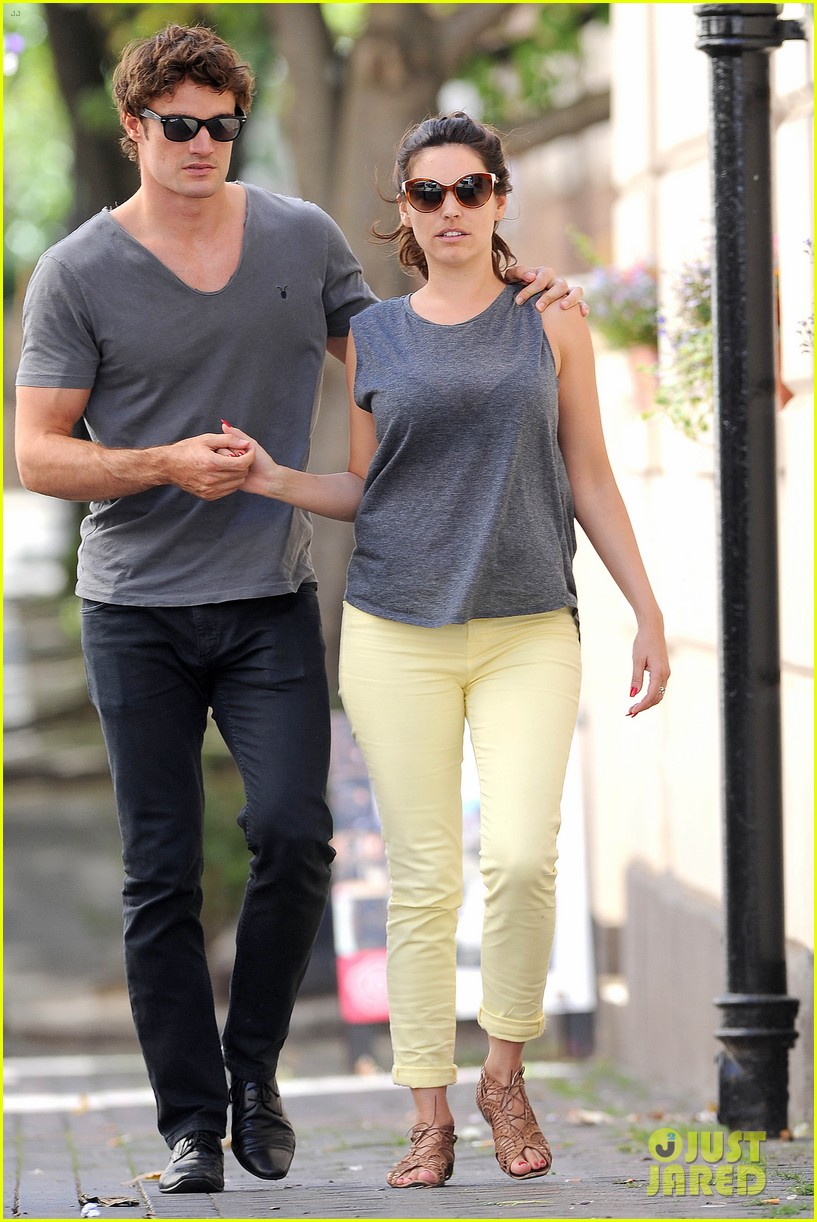 kelly brook thom evans london pub pair 07