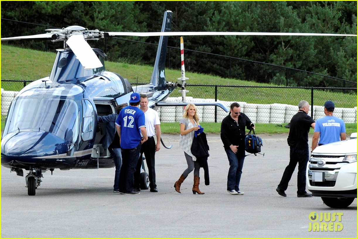 carrie underwood helicopter 03