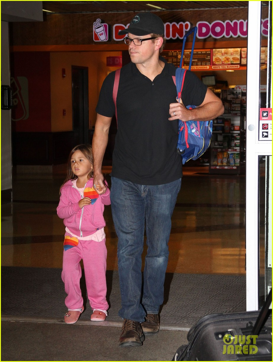 matt damon takes family flight 03