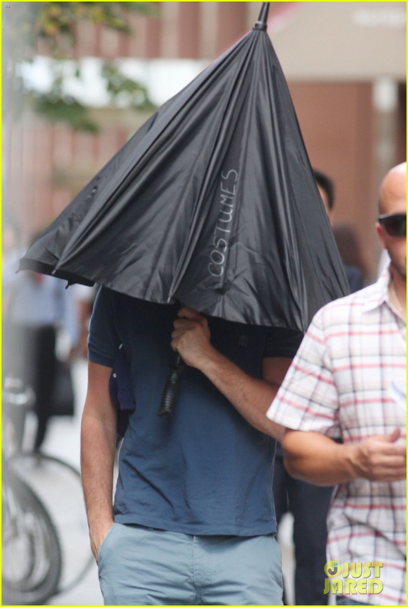 leonardo dicaprio hides under umbrella on wolf set 02