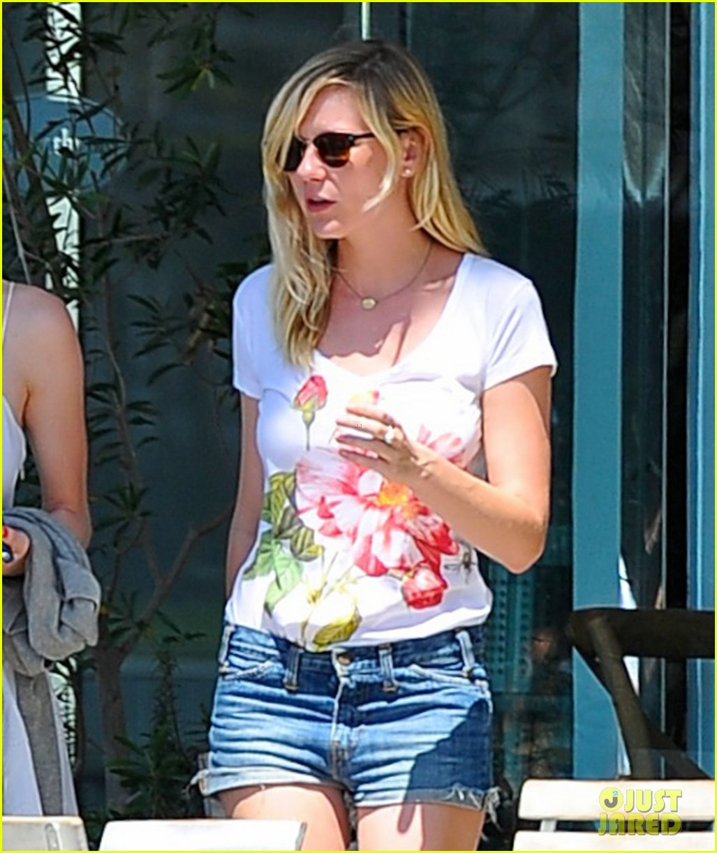 kirsten dunst garrett hedlund brunch with friends 01