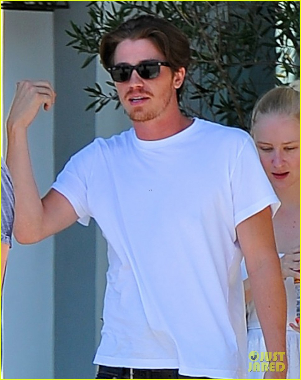 kirsten dunst garrett hedlund brunch with friends 05