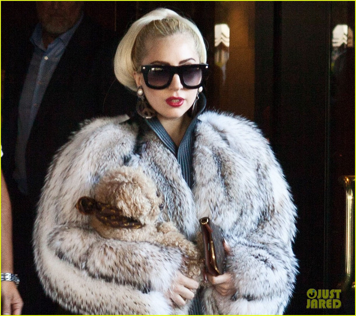 lady gaga signs autographs outside hotel 04