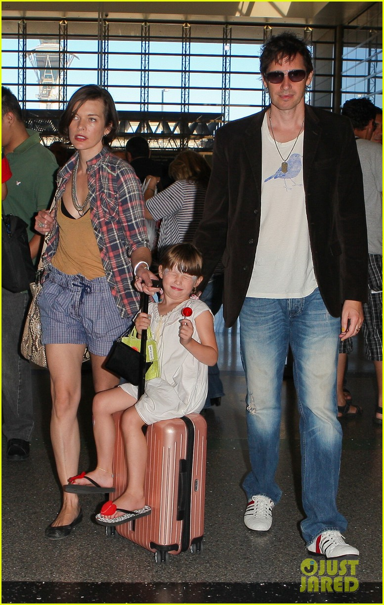 milla jovovich wheels ever through the airport 18
