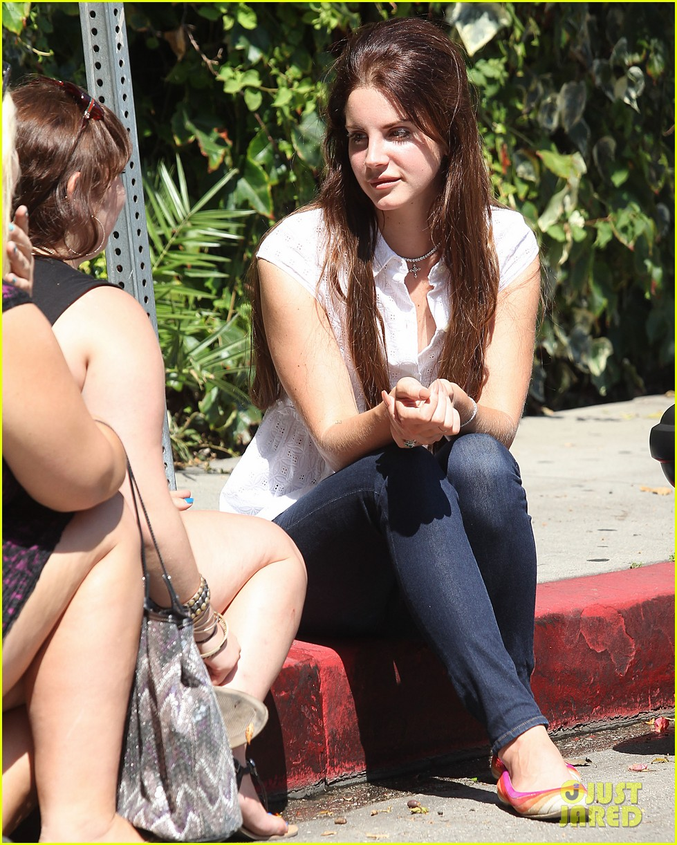 lana del rey chats outside chateau marmont 012707286